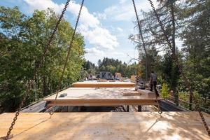 Vorgefertigte Brettsperrholzelemente bilden Böden und Decken aus. Insgesamt wurde im Besucherzentrum 1500m³ Holz aus heimischen Wäldern verbaut