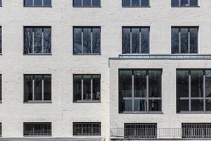 Die vorgeschlagenen heroal Systemlösungen Fenstersystem heroal W 72, Fassadensystem heroal C 50 sowie das Türsystem heroal D 72 überzeugten den leitenden Architekten Frank Köller. Die Systeme erfüllen alle Ansprüche an Wärmedämmung und Schallschutz bei gleichzeitig filigranen Profilbreiten. In enger Abstimmung zwischen Systemhersteller, Metallbaubetrieb und den Architekten wurden Sonderlösungen erarbeitet, um die individuellen Anforderungen an das Objekt zu realisieren