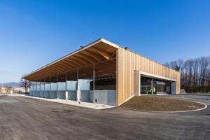 Elegant, aber höchst funktional – das eingeschobene Bürgerbüro markiert das Entree des Altstoffsammelzentrums