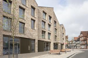 """Sonderpreis """"Geschosswohnungsbau"""" Deutscher Ziegelpreis 2021: Wohn- und Geschäftshaus ehemaliges Feuerwehrareal in Celle von Lorenzen Mayer Architekten"""