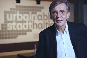 Matthias Sauerbruch führt durch die Ausstellung