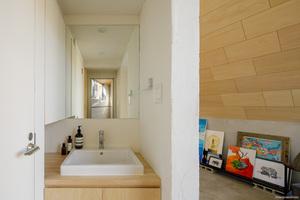 Im Badezimmer fügt sich das geradlinige Design des Duravit Vero Waschbeckens wie selbstverständlich in den Raum