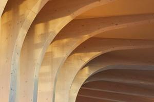 Das Gebäude wird hauptsächlich von einer Holzrahmenkonstruktion getragen, die vollständig vorfabriziert wurde und auf mehreren Betonplatten gegen Stützmauern (siehe erste Isometrie) in nur acht Tagen errichtet wurde
