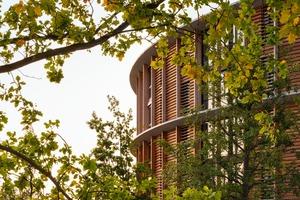 Das Bettenhaus der Waldkliniken Eisenberg ist umgeben von einem Waldgebiet und setzt auch beim Baumaterial auf Holz