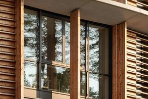 Der Neubau wurde in Holz-Hybrid-Bauweise errichtet. Die Ausfachungen in der Holzrahmenkonstruktion der Außenwände sind mit Holz verkleidet