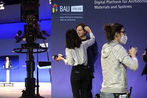 Schnell noch abgepudert, dann vor die Kamera: Die BAU 2021 behauptete sich mit rein digitalen Formaten