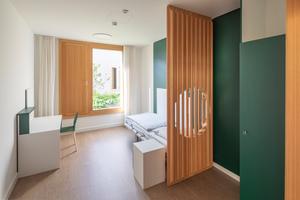 Ergänzend zu den Wohnhöfen gibt es introvertierte Schlafhöfe: Diese sind nicht begehbar, aber so angelegt, dass die PatientInnen von ihren Betten aus auf die dortigen Blumen und Pflanzen schauen können. Eine schöne Wohnsituation, die im Krankenhauskontext eine Herausforderung ist. Denn alle Oberflächen müssen keimfrei bleiben