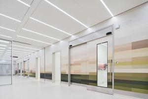 """Flexible Vorzone des Operationsbereichs: Die """"innere Fassade"""" in warmen Tönen bildet einen Ruhepol im hochfunktionalen OP-Trakt"""