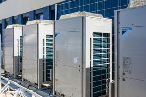 Die VRV Wärmepumpe von Daikin bietet maximale Flexibilität, denn an ein Außengerät lassen sich bis zu 64 Innengeräte unterschiedlichster Bauformen anschließen. Auch raumlufttechnische Geräte mit besonders hohen hygienischen Anforderungen können eingebunden werden