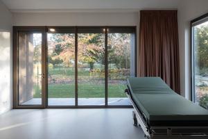 Keine Kompromisse: Die Gästezimmer entsprechen den funktionellen Anforderungen eines Krankenhauses und bieten dennoch Raum für persönliche Entfaltung