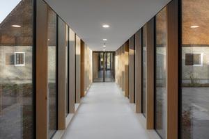 Transzendenz der Transparenz: Der Verbindungsgang zwischen den beiden Gebäudeteilen ist auf beiden Seiten bodentief verglast