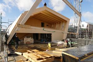 Die vorgefertigten Holzrahmen wurden per Kran geliefert. In nur sechs Wochen konnte der Bauabschnitt am Bauteil A wetterfest fertiggestellt werden