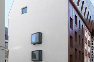 Der Schenkel zur Linienstraße (Bauteil A) wurde durch einen Neubau verlängert. Die Silhouette der durch kleine Fenster geöffneten Brandwand zeigt die Fassadenwelle im Straßenraum sowie die zum Hof hin geneigte Dachkonstruktion