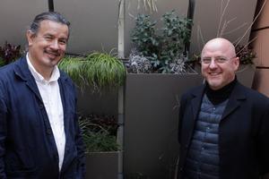 """<irspacing style=""""letter-spacing: 0em;"""">Peter Cachola Schmal und Rudi Scheuer-</irspacing><br />mann vor dem von Arup entwickelten Fassadensystem für Grün"""