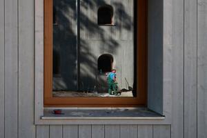 """Orientierungspunkt: die drei Versuchshäuser des TUM-Projekts """"Einfach Bauen"""" (vorne Holz, als Spiegelung im Fenster Leichtbeton)"""