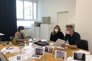 <h2>DBZ Heftpartner</h2><p></p><p>DBZ-Chefredakteurin Katja Reich im Gespräch mit den HeftpartnerInnen Claudia Meixner und Florian Schlüter (von links)</p>