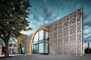 Die Farbe spielte im Konzept der ArchitektInnen Kiss & Járomi von Anfang an eine tragende Rolle. Die Verbindung aus dem goldfarbenen Platten für das Dach und die Einfassung der Eingänge und dem Bronzeton der perforierten Fassadenplatten der Markthalle entspricht den Vorstellungen der ArchitektInnen