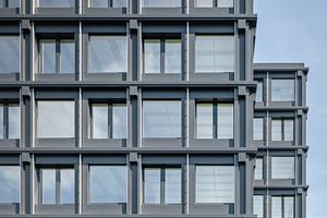 Das Bürogebäude wurde von Anfang an als Holzbausystem mit vorgefertigten Elementen geplant. Ein 3D-Grundmodell war die Basis für ein Kartonmodell mit verschiedenen Schichten, anhand dessen die ArchitektInnen die Staffelung und Ornamentik der Fassade entwickelten und überprüften, bevor eine Musterzelle im Maßstab 1:1 gebaut wurde