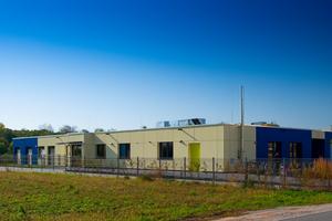 ALHO lieferte 22 vorgefertigte Module inklusive technischer Planung und Ausarbeitung des Entwurfs. Die Montage der Raummodule dauerte drei Tage. Nach dem ersten Betriebsjahr hat sich das Energiekonzept bestätigt. Die Wärmedämmung der Gebäudehülle, mit U-Werten unter 0,15 W(m²K) hat in der Verbindung mit der Wärmerückgewinnung der Lüftungsanlage die Grundlage für ein klimaneutrales Gebäude geschaffen. Mit einem Primärenergiebedarf von nur 39,6kWh (m²a) gemäß Energieausweis liegt das Gebäude weit unter den Anforderungen für einen Neubau