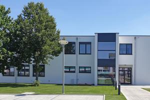 Die SÄBU Morsbach GmbH konnte gemäß den Anforderungen fachtechnisch kompetent überzeugen und erhielt den Auftrag für das modulare Bürogebäude, das mit einer 3-fach-Wärmeschutz-Verglasung, hohen Dämmstärken im Boden, den Wänden und dem Dach sowie dem Einbau einer Wärmepumpe mit Energieverteilung über die Fußbodenheizung für eine gute Energiebilanz sorgt