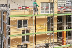 Für die Fassadenbekleidung kommen Trapezbleche in Aluminium zum Einsatz