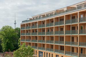 Setzkasten unter dem Fernsehturm: Die Baugruppe Walden 48 und Scharabi Architekten setzten bei ihrem Projekt auf einen Holz-Beton-Hybriden mit einem hohen Grad an Vorfertigung.