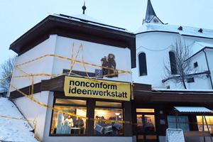 Für die Entwicklung der Ortsmitte Leogang in Salzburg richtete nonconform ein Ideenbüro im ehemaligen Jugendtreff ein. In Abendveranstaltungen im Pfarrsaal sammelten sie Anregungen und Wünsche für die Neugestalung des mittleren Dorfplatzes und der Aufwertung seiner Umgebung