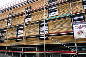 Nachhaltige Fassadenverkleidung mit horizontaler Holzschalung.<br />