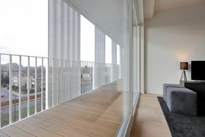 Bodentiefe Fenster schaffen eine fließende Verbindung zwischen Innen- und Außenraum, was sich auch im Materialfluss ausdrückt