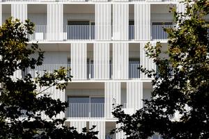 Die teilweise verschiebbaren Paneele machen die Fassade lebendig und sind als Sicht- und Sonnenschutznutzbar