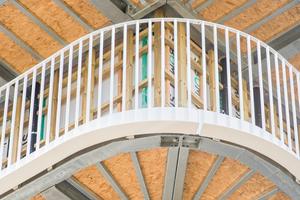 Die umlaufenden Loggien/Balkone wurden aus statischen und Kostengründen in elementierter Leichtbauweise realisiert