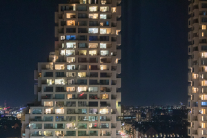 In den Geschossen 5 bis 13 sind in den zwei Wohnhochhäusern 2- bis 3-Zimmer-Wohnungen angeordnet, die zum Teil in nur eine Himmelsrichtung ausgerichtet sind. In den oberen Geschossen hingegen gibt es Etagen mit nur zwei oder einer Wohneinheit mit bis zu fünf Balkonen, die sich entsprechend in drei oder alle vier Himmelsrichtungen orientieren
