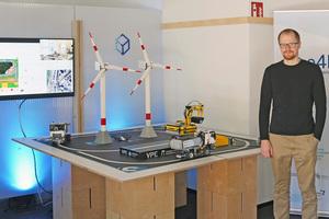 Sven Forte vor der Demonstrator-Anlage im engineering 4.0 lab (e4lab), einem Transfer-Labor der Offenen Digitalisierungsallianz Pfalz
