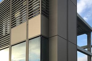 Fassadenmuster: Da die Bürofassade nicht um die Ecke geführt werden musste und das Konstruktionsraster mit einem halben Rasterfeld endet, konnten saubere Eck- und Anschlusslösungen realisiert werden