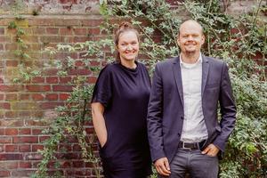 """Friederike Asche und Daniel Fruhner promovieren an der FH Dortmund.Gemeinsam haben sie """"inkluDESIGN"""" entwickelt – ein integratives Planungstool für Gebäude- und Quartiers-entwicklung, bei dem Menschen mit Behinderung zu ExpertInnen für Barrierefreiheit werden"""