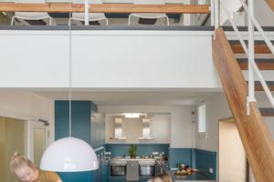 Die über zwei Geschosse angelegten Teamküchen dienen der Zusammenkunft und bieten viel Platz für gemeinsame Aktivitäten