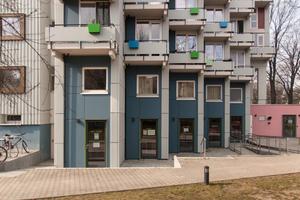 Die ehemaligen Funktionsräume im Souterrain wurden umgenutzt und stehen heute den StudentInnen für Freizeit und Selbstverwaltung zur Verfügung. Im rosafarbenen Sockel der Piazza befindet sich die Waschküche