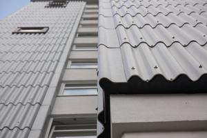 Neue Gebäudehülle: Die Fassade nimmt auch die Farbgebung der alten Eternitwellen wieder auf