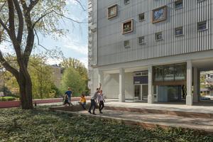 Teamplatz vor Haus 12: Die erhöhte Piazza dient als Ort der Zusammenkunft und bietet eine schnelle<br />Anbindung an die umgebenden Angebote.