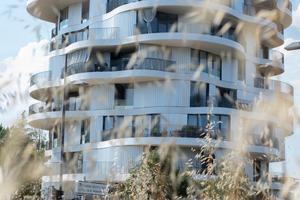 Der Wohnturm La Folie Divine liegt an einer städtebaulichen Schnittstelle, die sich durch eine heterogene Bebauung auszeichnet, zwischen Einfamilienhäusern, Geschosswohnbauten, einer Kindertagesstätte sowie verschiedenen öffentlichen Einrichtungen