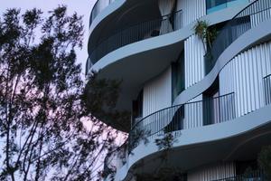 Alle Wohnungen sind mit Balkonen ausgestattet, die sich zu ihren jeweiligen Enden verjüngen. So wird die Notwendigkeit von Balkontrennwänden zwischen den Nachbarn vermieden und dennoch eine ungestörte Nutzung ermöglicht