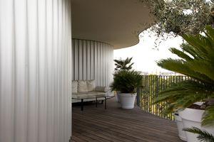 Das Thema der Welle wird nicht nur durch die Anordnung der Balkone getragen, sondern auch durch die Gestaltung der Außenwände aus eloxiertem Aluminium-Wellblech