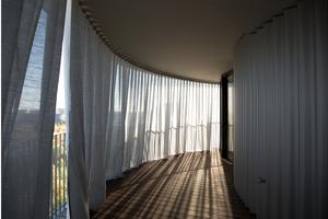 Unterschiedlich breite Balkone minimieren die Blicke von einem Nachbarn zum anderen und schaffen durch eine versetzte Anordnung die Möglichkeit, zwei Balkontypen im gesamten Gebäude zu wählen: einen einfach hohen Balkon, der von der darüber liegenden Ebene beschattet wird und einen doppelt hohen Balkon, der von der maximalen Sonneneinstrahlung profitiert