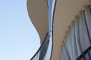 Das Maß an Privatsphäre und Wahlmöglichkeiten, das durch die Form und die Lage der Balkone und die Außenvorhänge geschaffen wird, fördert das Leben im Freien. Da die Balkone fast so privat sind wie die Innenräume, können sie als eine Erweiterung dieser genutzt werden