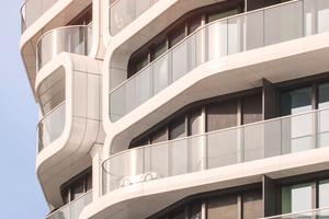 Um beim Grand Tower trotz großzügiger Verglasung alle bauphysikalischen Vorgaben zu erfüllen, musste eine Lösung mit außenliegendem Sonnenschutz gefunden werden, die bisher bei Gebäuden dieser Höhe noch nicht verbaut worden war. Installiert wurde eine Sonnenschutzanlage von Warema, die über projektspezifische Sonderanfertigungen vollständig in die Fassade integriert wurde. Die Fenstermarkise von Warema mit easyZIP Führung und einem Behang aus schwarzem Soltis 86 Gewebe sorgt für maximale Durchsicht und guten sommerlichen Wärmeschutz, wobei die BUS-Steuerung auf Sonnenstand, Windrichtung, Geschosshöhe und Gebäudegeometrie reagiert
