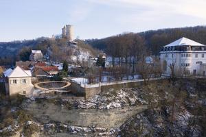 Panoramaansicht mit Ensemble unter der Burg