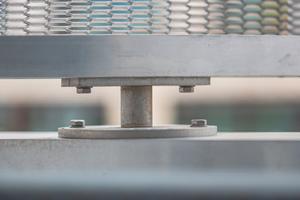 Starrer Festpunkt: Jede einzelne Lamelle ist über Edelstahlzapfen in horizontalverlaufenden Aluminiumtragprofilen mit den Maßen 160 x 60 x 4 mm gelagert