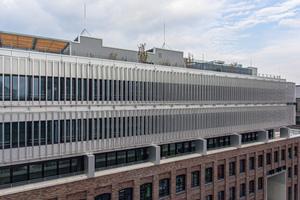 Tradition und Innovation: Während die unteren drei Etagen eine Fassade aus Ziegelstein erhielten, dominiert der moderne Sonnenschutz von Colt die oberen beiden Stockwerke des Komplexes