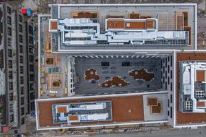 Work-Life-Balance: Die rhythmische Baumassengliederung schafft auf Ebene des 3. OGs und des Dachs Platz für große Terrassen mit viel Freiraum, Grün und weiten Ausblicken
