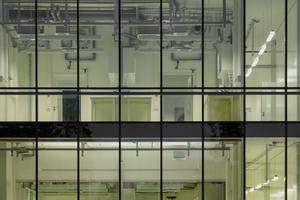 Die für den Forschungsbau notwendige Haustechnik bleibt sichtbar und integriert sich ins gestalterische Konzept des Gebäudes